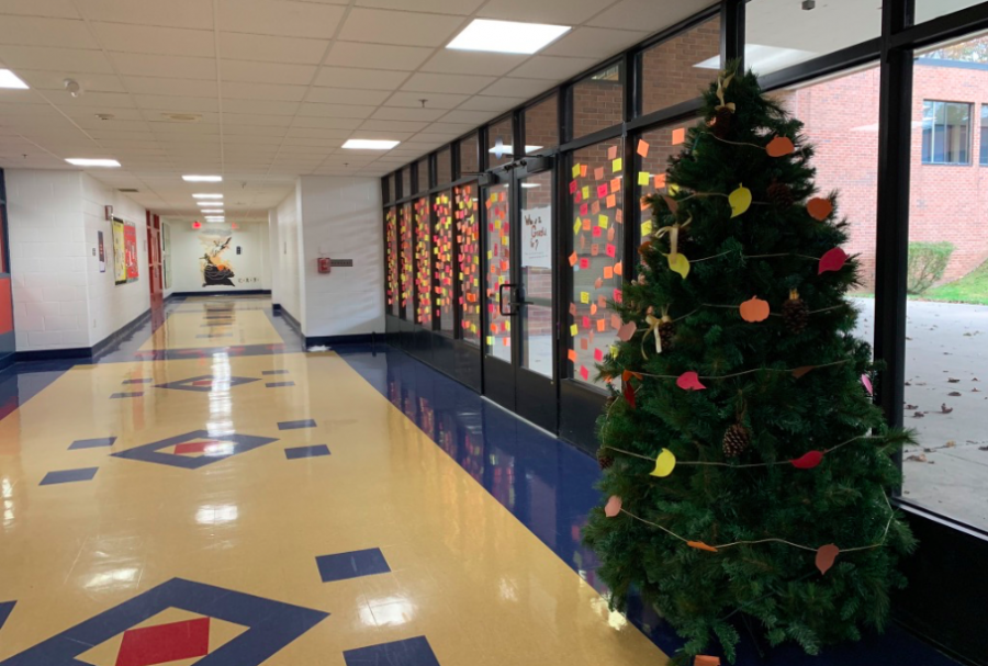 +Foran+faculty+and+students+put+up+the+%E2%80%9CGiving+Tree%E2%80%9D+and+the+%E2%80%9CThankful+Wall%E2%80%9D+to+show+holiday+spirit+and+joy+in+the+school.+%28Photo+courtesy%3A+Carly+Whelan%29%0A